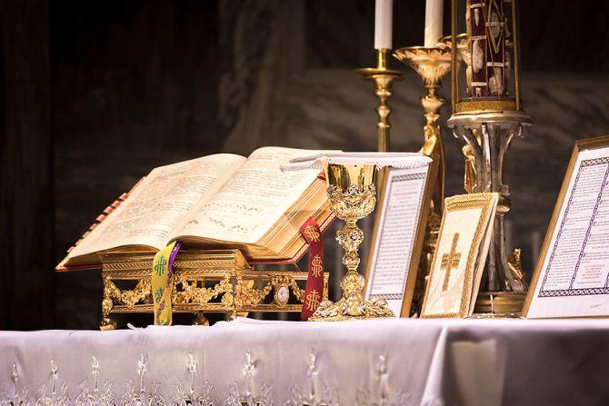 Altar prepared for Mass Credit Thoom Shutterstock CNA