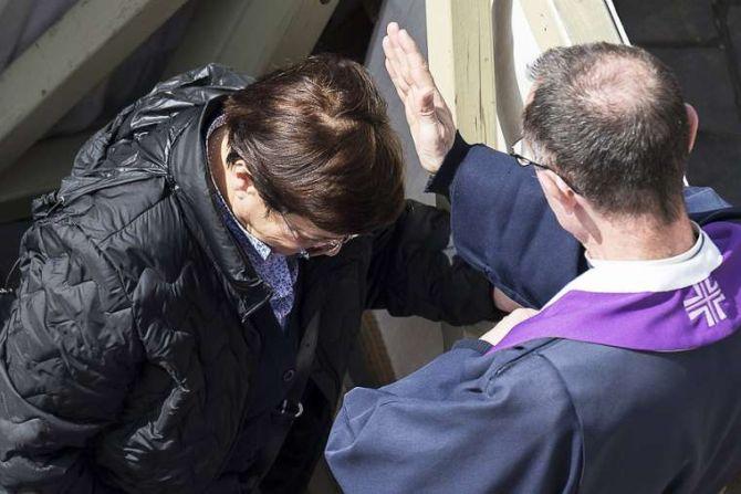 Confession on Divine Mercy Sunday in St Peters Square April 3 2016 Credit LOsservatore Romano CNA 4 3 16